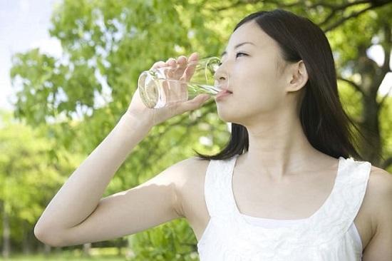 Uống nước vào buổi sáng mỗi ngày có lợi cho sức khỏe và hỗ trợ giảm cân nhanh