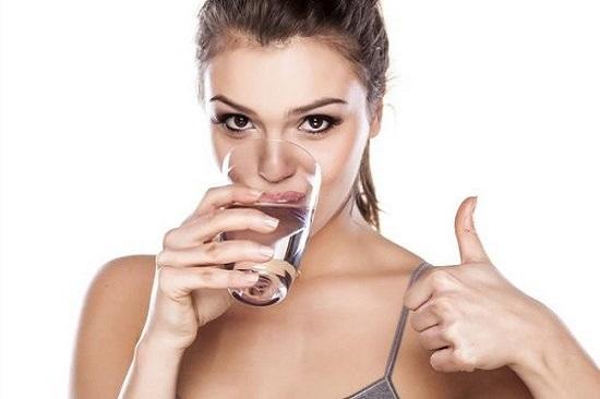 Uống nước vào buổi tối mỗi ngày có lợi cho sức khỏe và hỗ trợ giảm cân hiệu quả