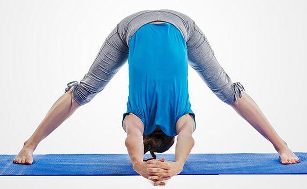 Thực đơn giảm cân sau sinh kết hợp tập thể dục tại nhà hiệu quả - Gập người về phía trước