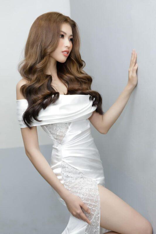 Á hậu Ngọc Thảo diện bộ váy lụa màu trắng xẻ tà cực kỳ nóng bỏng