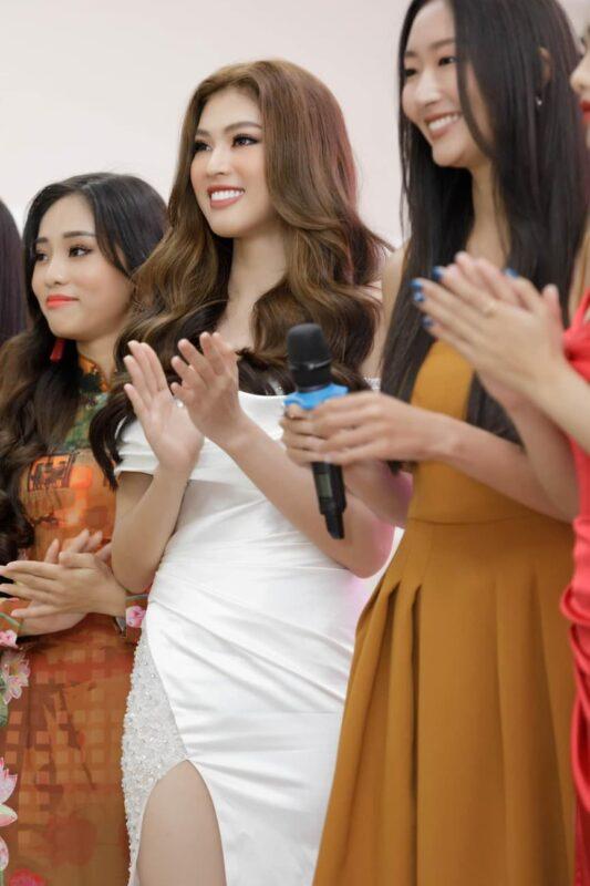 A hậu Ngọc Thảo năm 2020 diện váy xẻ quyến rũ bên Thầy cô và các bạn sinh viên 8