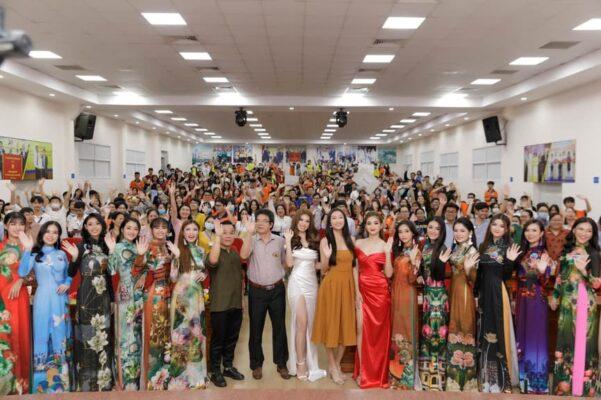 A hậu Ngọc Thảo năm 2020 diện váy xẻ quyến rũ bên Thầy cô và các bạn sinh viên