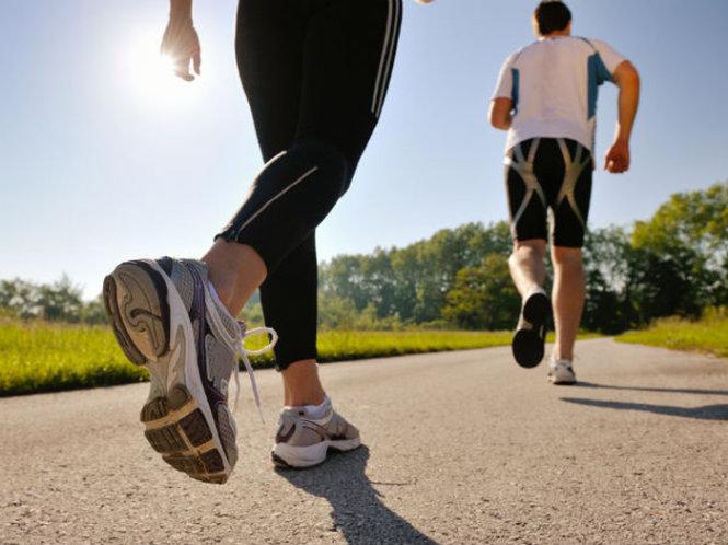 Trang phục phù hợp cho chạy bộ và đi bộ năm 2021