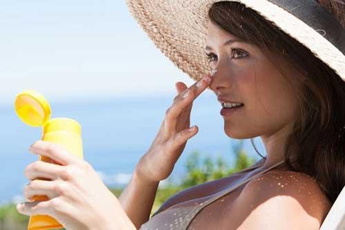 Hướng dẫn chăm sóc da mặt bôi kem chống nắng khi ra ngoài
