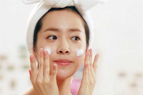 Hướng dẫn chăm sóc da mặt mùa Hè tại nhà - sữa rửa mặt