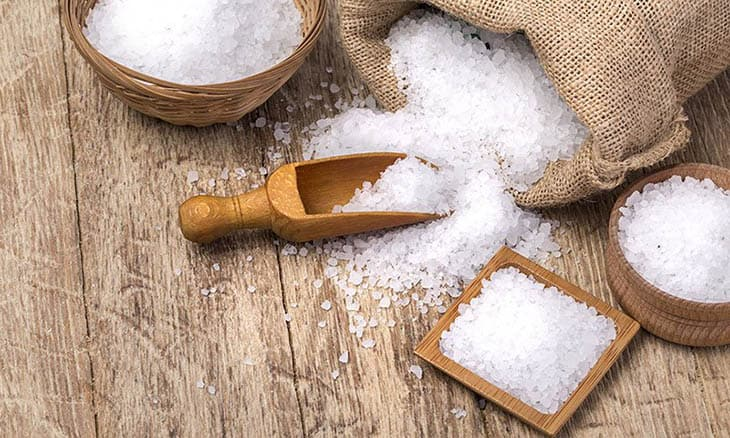 Cách làm sạch da hết mụn đơn giản ngay tại nhà - Nước muối