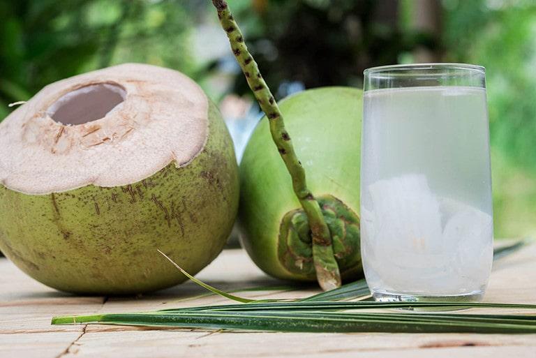 Cách làm sạch da hết mụn đơn giản ngay tại nhà - Nước dừa tươi