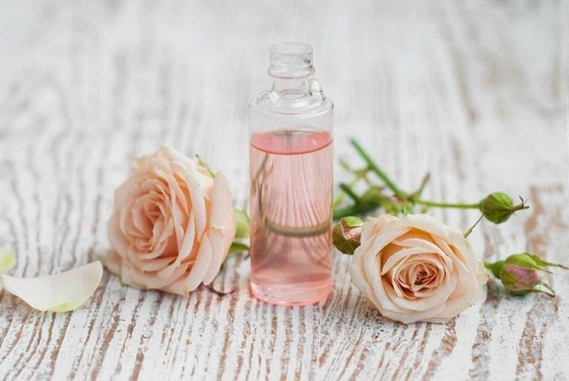 Cách làm sạch da hết mụn đơn giản ngay tại nhà - Nước hoa hồng